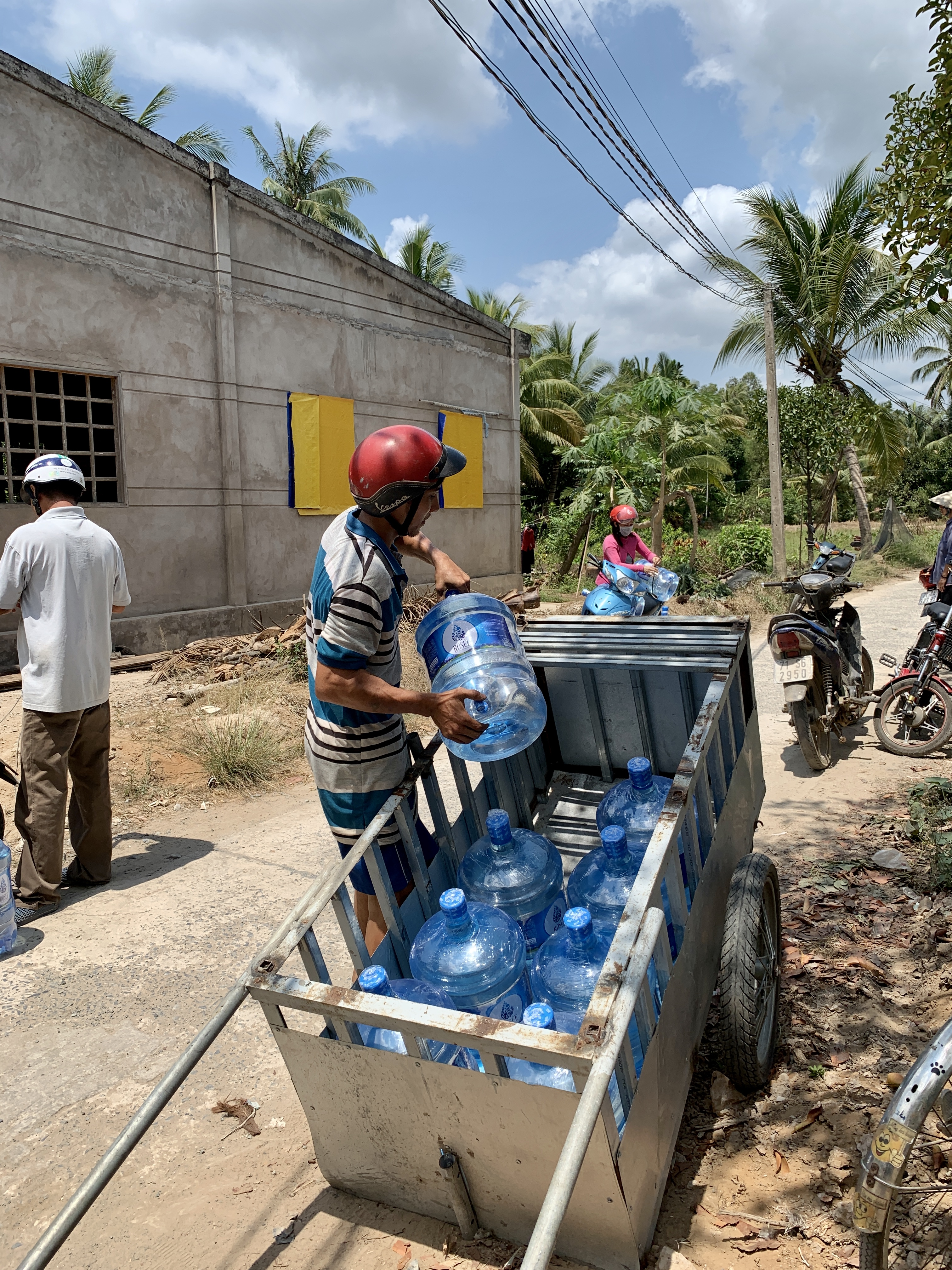 Hạn mặn miền Tây khốc liệt: những giọt nước tinh khiết chở từ Hồ Chí Minh xuống xứ dừa Bến Tre